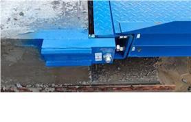 Отбойный узел автомобильных весов устанавливается на въездной пандус железобетонного фундамента