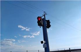 Светофорный столб с камерой для распознавания номеров автомобилей въезжающих на весы