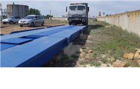 Первый въезд груженого КАМАЗА на автомобильные весы для настройки их работы в процессе монтажа