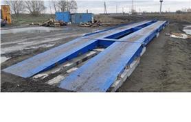 Автомобильные весы установлены на бетонные плиты, однако монтажной бригадой допущено серьезное нарушение-не прокрашены элементы анкеров пандусов и регулировочный узел (отбойник).