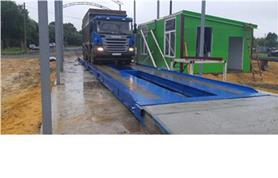 Мощный грузовик SCANIA взвешивают на автомобильных весах ВАЛ