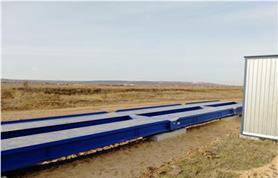 Автомобильные весы установлены в поле на дорожные плиты (бесфундаментная установка)